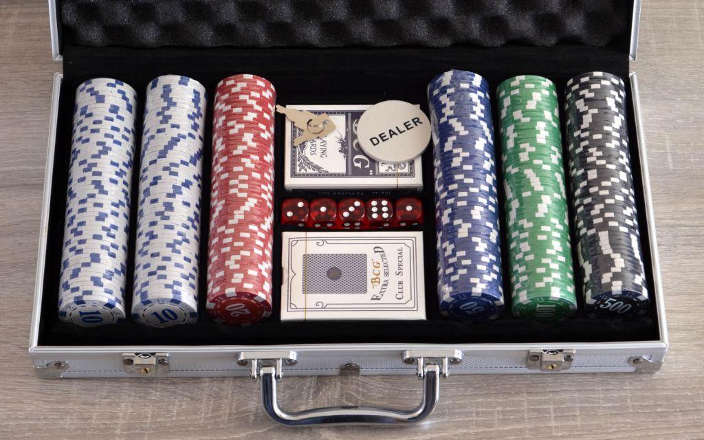 Набор игральных карт и фишек казино р вулкан игровые аппараты 777 адмирал